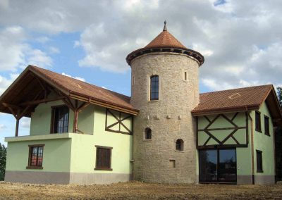 Maison avec tour en pierre