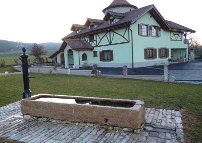 Maison et fontaine