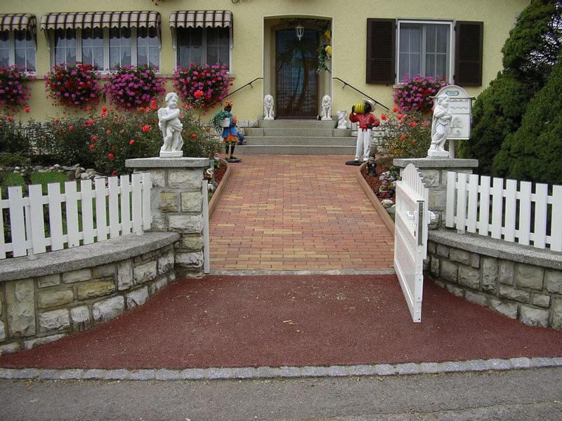 Photo: Entrée de jardin en pavé et enrobé rouge